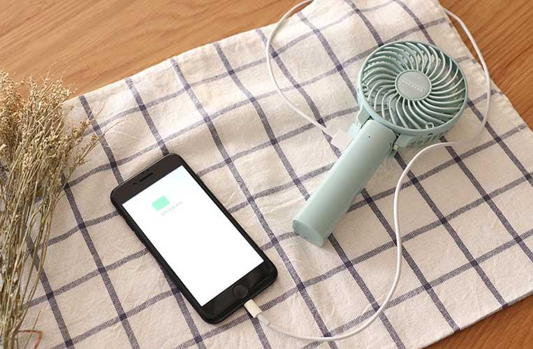 ミニ扇風機をモバイルバッテリーとして使っている様子