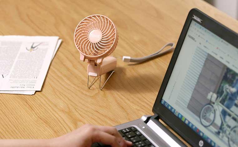 卓上に置かれたミニ扇風機